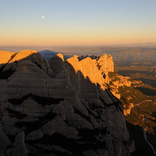 A trenc d'alba, l'ombra de Sant Jeroni apunta a la lluna