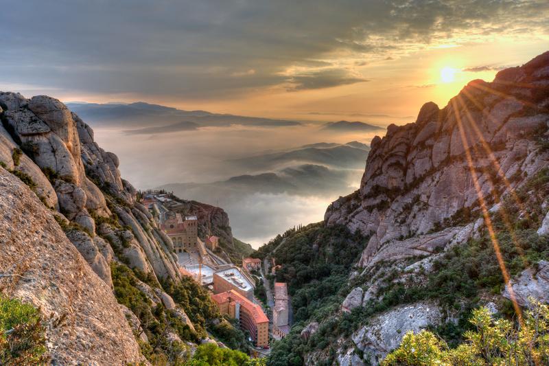 Albada boirosa al Monestir de la muntanya de Montserrat :: Niebla al alba bajo el Monasterio de la montaña de Montserrat :: Misty sunrise in the Abbey of the Montserrat mountain